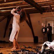 Jedermanns Totentanz, weißes Totenhemd, Asche, © Sigrid Wurzinger