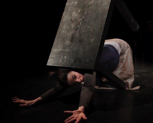 Maulwurf, Theater, Tanz, Performance, kippender Tisch, © Sigrid Wurzinger
