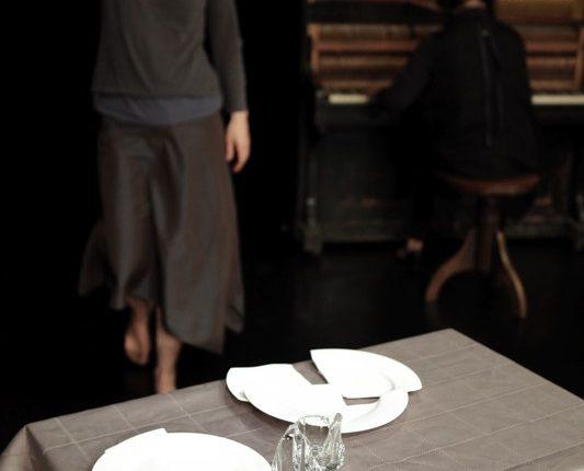 Maulwurf, Theater, Tanz, Performance, zerbrochene Teller, © Sigrid Wurzinger