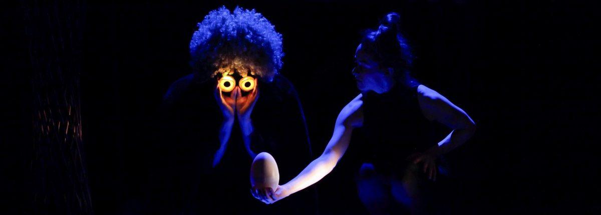 Schräge Vögel, Kindertheater, Musik, Tanz, Eule, Leuchtaugen, © Sigrid Wurzinger