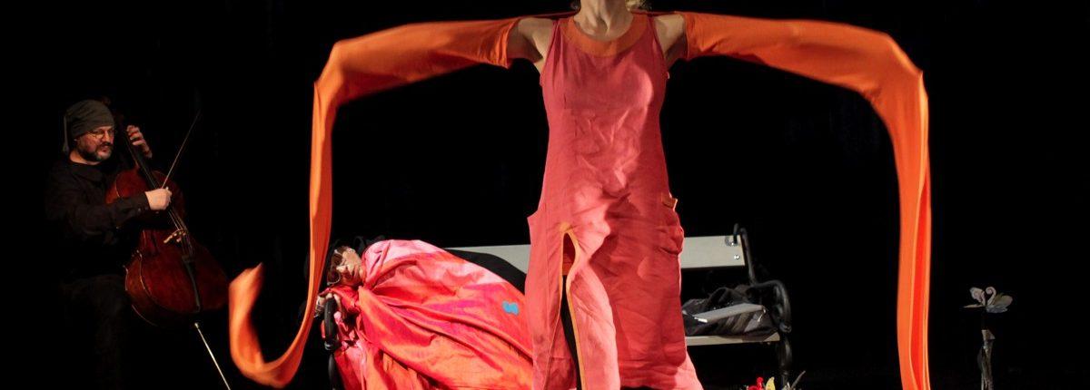 Träume Träume!, Kindertheater, Tanz, Musik, lange Ärmel orange, Parkbank, © Sigrid Wurzinger