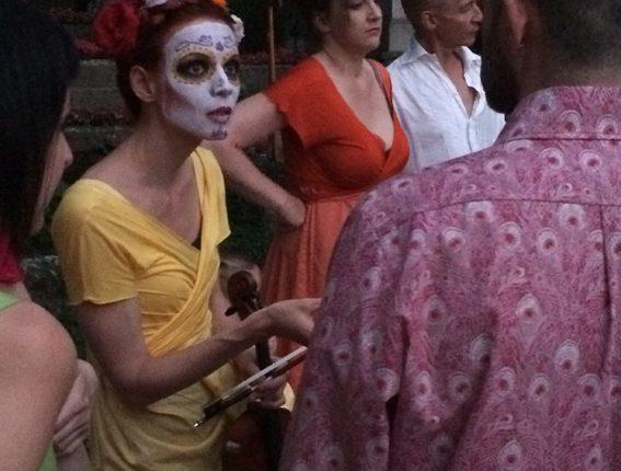 Der Tod und das Mädchen, Friedhof St. Peter, Performance, mexikanische Totenmaske, © Sigrid Wurzinger